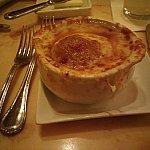 夕食:前菜のオニオンスープ。