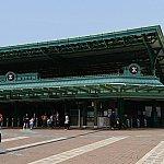 駅舎。建物の右に行くとバス停や駐車場。