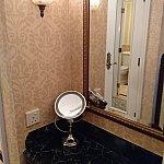 鏡台の引き出しにドライヤーがついており、ここから動かせない仕組みです。左にある手鏡は拡大鏡でびっくりします。ここにも電源コンセントあります。