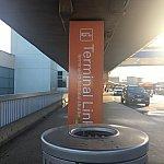 ダラスで荷物をピックアップすると外にターミナル移動シャトルバスがありました。