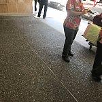 ホノルル空港出口で待っているスタッフの方です