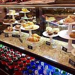 ペイストリーやサンドイッチなどの軽食のディスプレー。スナック類はこのディスプレーの所で注文します