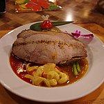 メインのローストポーク。お肉の下にガーリックライスがあります。