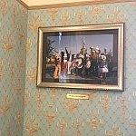 打ち合わせもあったため、私は特別にシティホールのVIPルームでスタートまで待たせてもらいました。壁にはブッシュ米元大統領がパリのパークを訪れたときのものという写真が!