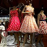 どれも素敵なドレスですが、近くで見ると細かいディズニーのディテールが。
