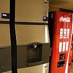 製氷機(もちろん無料)とコーラの販売機。