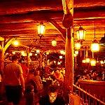 写真が赤茶けているのは実は、建物の中の照明を上げているからなんです。カリブの海賊がシステム調整中だったためです。
