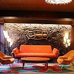 玄関内側にはソファーがいくつかあり、モーレア島の地図や調度品などのインテリアが。