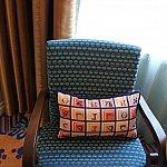 椅子にも宇宙語のクッションが!