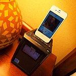 iPhone4sが接続出来る時計兼スピーカー。これがあったおかげでiPhoneの音楽も聞けるし充電も出来て良かったです! ※iPhone5以降は未対応。室内機材がアップデートされている事を祈ります(笑)