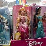 一番左は雑貨屋でした。お人形かわいかった。なぜかピカチュウのリュックが売られていましたが。