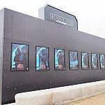 Xウィングの裏側にはローグメンバーのポスターが。