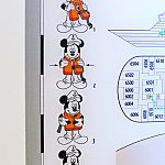 ドアの裏側では、ミッキーが救命胴衣の着用方法を教えてくれています。