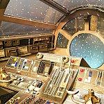 ミレニアムファルコンの操縦席に座って写真が撮れます。ちょっと作りが雑な印象(^^;