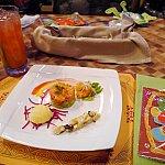 席に着いたら、すでにドリンクのポリネシアンパンチ、前菜の盛り合わせ、腕につける飾りのお土産が机の上に置いてあります。
