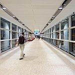 これがターミナル直結通路。冷暖房完備の屋内通路で明るくて深夜でも安心して歩けます。