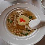 お豆腐らしきものが入ったやさしいお味のスープ