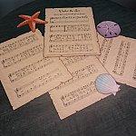 部屋の机には「Under the sea」の楽譜が!もしも楽器を持ってきたら演奏しましょう!