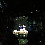 最後は眠ってしまった白雪姫を、王子さまがキスで目覚めさせます。まわりがキラキラと光って、とても素敵なエンディングです(^^)