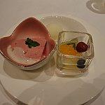 デザート杏仁のアイスは固かったので少し置いてから食べてください!プリンは野菜も入ってるみたいですがメインの味はベリー系でした!