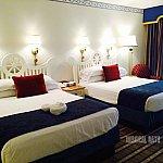 青と白を基調にした清潔感ある客室