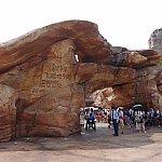 この岩の上部って巨大な鳥の形に見えませんか?