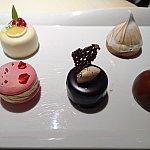 ケーキはこの5つの中から1つ選べます。左奥:柚子のケーキ、右奥:忘れてしまいましたが、確かコーヒー系、右手前:マロンケーキ、手前中央:チョコレートケーキにアールグレイムース、左手前:マカロンのヨーグルトムース