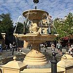 広場の噴水がシャンパンに