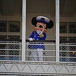 なんと、ミッキーは船の上から登場!