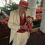 名物おじいちゃまホリデーシーズン仕様な制服になっていました!88歳現役キャストのリチャード・ガースさんです!!