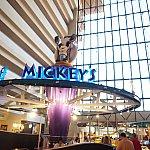シェフミッキーは開放的な空間にあります。モノレール見ながらキャラグリ楽しめます!