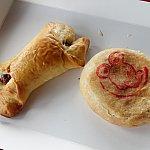 プルートのソーセージロール(30元)はパサパサで不味かった。上海ポークケーキ(25元)もイマイチだったなぁ。