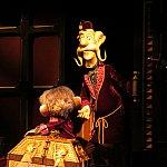 物音を聞きつけたヘンリー卿「オルゴールを触ったかい?」