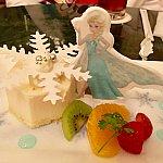レアチーズムースにフルーツを添えて。エルサはお砂糖(?)で出来てるので食べられます。ムースの上の雪の結晶も食べられます。