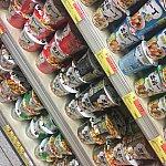 地下のスーパー。香港人大好き出前一丁!電気ケトルもお部屋にあります。このスーパー、フルーツやヨーグルト等豊富な品揃えです。