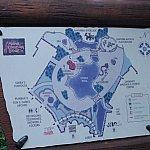 プール周りの地図。プールは何も持たずに水着だけでいけますよ。プールサイドに貸しタオルもあり