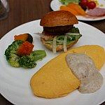 ハンバーガーとオムレツが絶品。ハンバーガーは6個くらい食べたかも…。オムレツは中がトロトロ。ベーコン&マッシュルームソースで頂きます☆