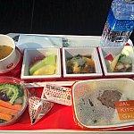 行きのエコノミー機内食です!