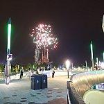 こちらはトゥモローランドから花火を見た様子。パイロだけでなく、打ち上げ花火もキャッスル上空に上がっているのが分かると思います。このおかげで花火がキャッスルに隠れることがありません!