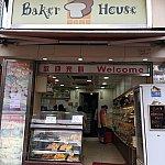 ホテルからすぐに、ローカルのパン屋さんがあります。とにかく安い!種類も豊富!マンゴープリンは8香港ドル(120円ほど)!