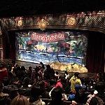 寸劇が終わり、更に奥の劇場に誘導される。そこには立派で格好良い劇場が!