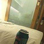 お部屋の写真がこれしかなく申し訳ないです。青島ビールは地下のセブンで買ったと思われますが、レジ袋貰えないので袋は持参しましょう!