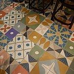 床はカラフルで素敵なデザインです。