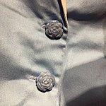 ディテールが細かく、ボタンが薔薇の花になっています。