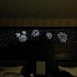 ホテルのベッド。頭側にはこのような仕掛けが。