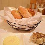 パン。温かくて美味しかったです。ガーリックが丸ごと。