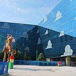 建物周辺にトイ・ストーリーの巨大オブジェが飾ってあります。
