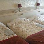 4名1室でベッドを4台入れるとこんな感じです。かなり狭くなります。