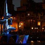 夜のクリスタルはショーが始まる前、怪しい雰囲気を醸し出しています
