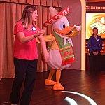 ステージでドナルドと一緒にダンスの練習